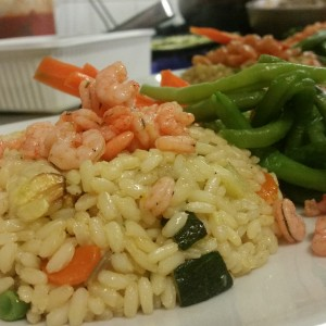 riso-pilaff-con-gamberetti-e-zucchine-servito-con-ortaggi-di-stagione