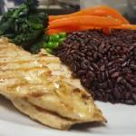 petto-di-pollo-grigliato-con-verdure-di-stagione-con-riso-venere